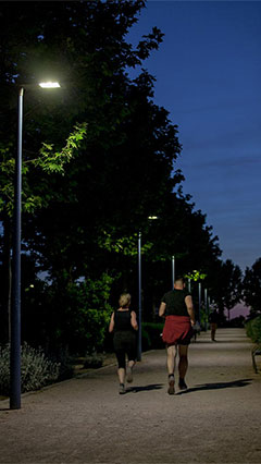 Running people illuminated by Philips lighting at Rivas